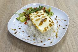 Grillezett sajt párolt rizzsel és salátával
